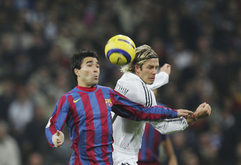 MADRID, SPAIN - NOVEMBER 19: Deco (L) of Barcelona gets past David Beckham of Real Madrid during a Primera Liga match between Real Madrid and F.C. Barcelona at the Bernabeu on November 19, 2005 in Madrid, Spain.(Photo by Denis Doyle/Getty Images)
