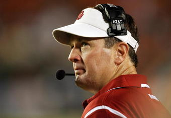 MIAMI GARDENS, FL - OCTOBER 03:  Head coach Bob Stoops of the Oklahoma Sooners looks up to the scoreboard with less than a minute to go in the game against the Miami Hurricanes at Land Shark Stadium on October 3, 2009 in Miami Gardens, Florida. Miami defeated Oklahoma 21-20.  (Photo by Doug Benc/Getty Images)