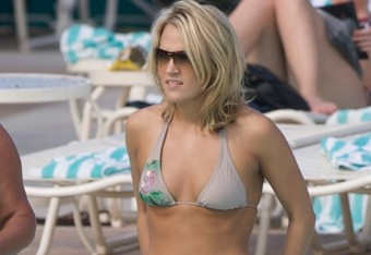 Carrie-underwood-bikini-beach-bahamas-09_crop_340x234