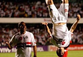Hernanes-back-flip_crop_340x234