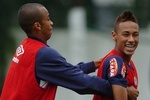 Wesley-e-neymar-brincam-em-treino-do-santos-1282079527846_300x230_crop_150x100