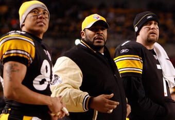 PITTSBURGH - JANUARY 11:  (L-R) Hines Ward #86, Jerome Bettis and Ben Roesthisberger #7 of the Pittsburgh Steelers look on from the sideline against the San Diego Chargers during their AFC Divisional Playoff Game on January 11, 2009 at Heinz Field in Pittsburgh, Pennsylvania.  (Photo by Gregory Shamus/Getty Images)