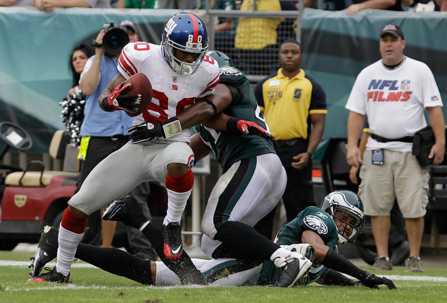 PHILADELPHIA, PA - SEPTEMBER 25: Victor Cruz #80 of the New York Giants scores a touchdown against Jarrad Page #41 of the Philadelphia Eagles and Nnamdi Asomugha #24  during the fourth quarter at Lincoln Financial Field on September 25, 2011 in Philadelphia, Pennsylvania. The Giants defeated the Eagles 29-16.  (Photo by Rob Carr/Getty Images)