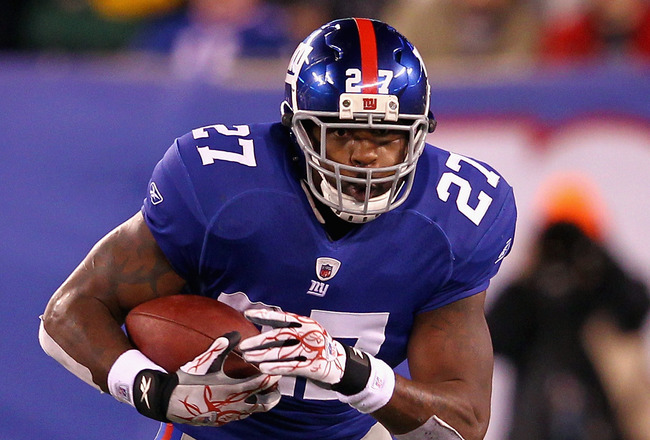 EAST RUTHERFORD, NJ - DECEMBER 04:  Brandon Jacobs #27 of the New York Giants runs the ball against the Green Bay Packers at MetLife Stadium on December 4, 2011 in East Rutherford, New Jersey. The Packers won 38-25.  (Photo by Al Bello/Getty Images)
