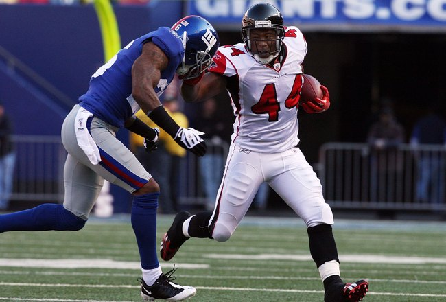 EAST RUTHERFORD, NJ - NOVEMBER 22:  Jason Snelling #44 of the Atlanta Falcons runs the ball against Aaron Rouse #26 of the New York Giants on November 22, 2009 at Giants Stadium in East Rutherford, New Jersey. The Giants defeated the Falcons 34-31 in overtime.  (Photo by Jim McIsaac/Getty Images)