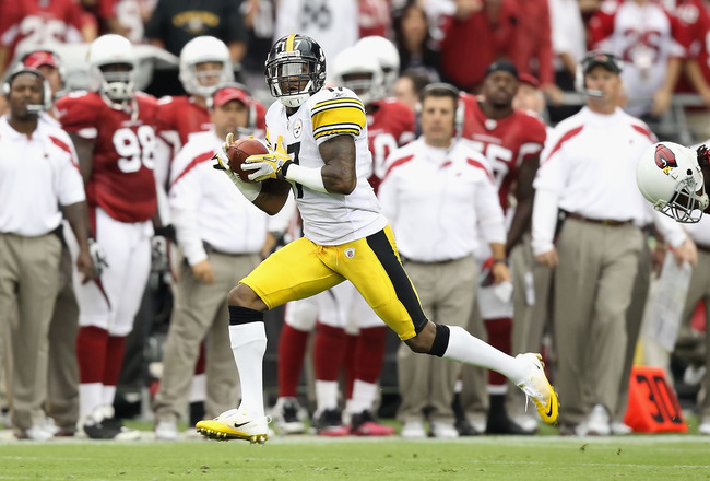 GLENDALE, AZ - OCTOBER 23:  Wide receiver Mike Wallace #17 of the Pittsburgh Steelers runs with the football on a 95 touchdown reception against the Arizona Cardinals during the second quarter of the NFL game at the University of Phoenix Stadium on October 23, 2011 in Glendale, Arizona. The Steelers defeated the Cardinals 32-20.  (Photo by Christian Petersen/Getty Images)