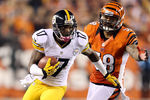 CINCINNATI, OH - OCTOBER 21:  Mike Wallace #17 of the Pittsburgh Steelers runs with the ball during the NFL game against the Cincinnati Bengals at Paul Brown Stadium on October 21, 2012 in Cincinnati, Ohio.  (Photo by Andy Lyons/Getty Images)