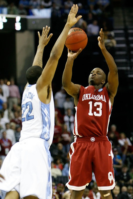 Williewarren13oftheoklahomasoonersshootstheballoverwayneellington_display_image