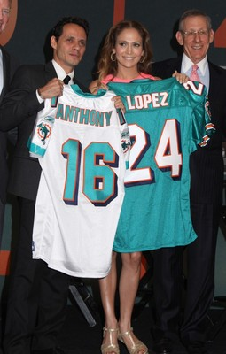 29jennifer-lopez-marc-anthony-get-miami-dolphins-jersey-652x1024_display_image