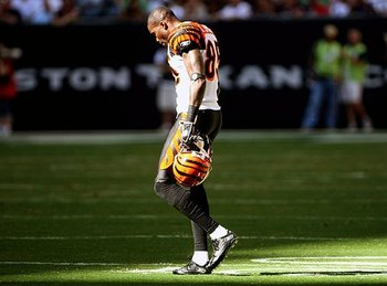 Chad-ocho-cinco-leaves-the-field-after-a-disappointing-loss-during-the-season_display_image