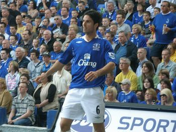 800px-arteta_throw_in_portsmouth_home_may_07_display_image