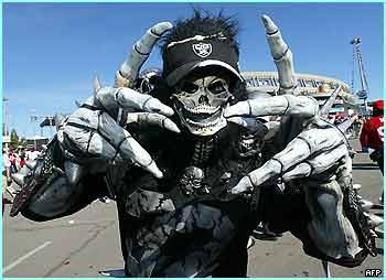 Oakland_raiders_fan_display_image