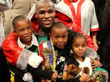 800_floyd_mayweather_with_kids_608354_display_image