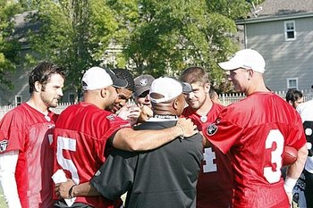 Oaklandd raider quarterbacks huddle with Offensive coordinator Hue Jackson