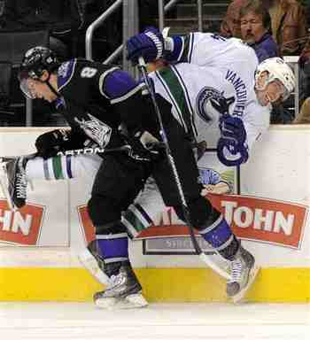 Drew-doughty-alexandre-burrows-2009-10-30-1-41-17_display_image