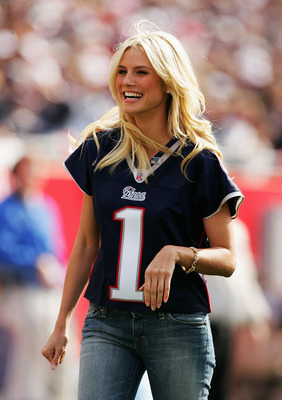 FOXBORO, MA - OCTOBER 17: Supermodel Heidi Klum at on the sideline of the New England Patriots game against the Seattle Seahawks at Gillette Stadium on October 17, 2004 in Foxboro, Massachusetts. The Patriots won 30-20 to extend their unbeaten streak to 2