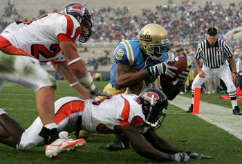 PASADENA, CA - OCTOBER 22:  Marcedes Lewis #19 of the UCLA Bruins catches a touchdown pass over Sabby Piscitelli #24 and Brandon Hughes #36 of the Oregon State Beavers during their game on October 22, 2005 at the Rose Bowl in Pasadena, California.  (Photo