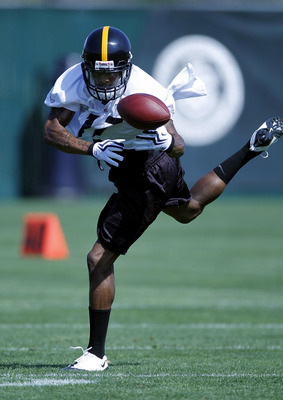 PITTSBURGH - APRIL 30:  Mike Wallace #17 of the Pittsburgh Steelers catches a pass during mini camp at the Pittsburgh Steelers Training Facility on April 30, 2010 in Pittsburgh, Pennsylvania.  (Photo by Gregory Shamus/Getty Images)