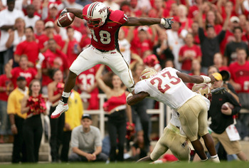 COLLEGE PARK, MD - OCTOBER 30:  Vernon Davis #18 of the University of Maryland Terrapins leaps over the defense of Bryant McFadden #8 and Jerome Carter #23 of the Florida State Seminoles during NCAA football at Byrd Stadium on October 30, 2004 in College