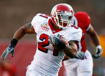 PISCATAWAY, NJ - SEPTEMBER 01:  Running back Ryan Mathews #21 of the Fresno State Bulldogs runs upfield in the second half against the Rutgers Scarlet Knights at Rutgers Stadium on September 1, 2008 in Piscataway, New Jersey. Fresno State won 24-7.  (Phot