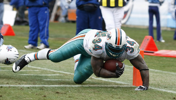 NASHVILLE, TN - DECEMBER 20: Ricky Williams #34 of the Miami Dolphins runs for a touchdown against the Tennessee Titans at LP Field on December 20, 2009 in Nashville, Tennessee. The Titans defeated the Dolphins 27-24 in overtime. (Photo by Joe Robbins/Get