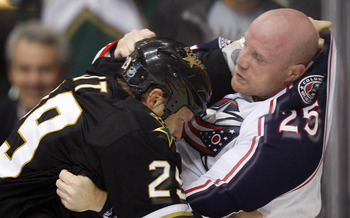 DALLAS - NOVEMBER 19:  Left wing Jason Chimera #25 of the Columbus Blue Jackets fights with Steve Ott #29 of the Dallas Stars in the first period on November 19, 2009 in Dallas, Texas.  (Photo by Ronald Martinez/Getty Images)