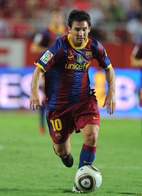SEVILLE, SPAIN - AUGUST 14:  : Lionel Messi of Barcelona runs with the ball during the Supercopa, first leg, match between Sevilla and Barcelona at the Sanchez Pizjuan stadium  on August 14, 2010 in Seville, Spain.  (Photo by Denis Doyle/Getty Images)