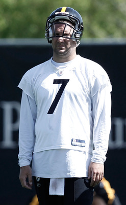 PITTSBURGH - APRIL 19:  Ben Roethlisberger #7 of the Pittsburgh Steelers practices on April 19, 2010 at the Pittsburgh Steelers South Side training facility in Pittsburgh, Pennsylvania.  (Photo by Jared Wickerham/Getty Images)