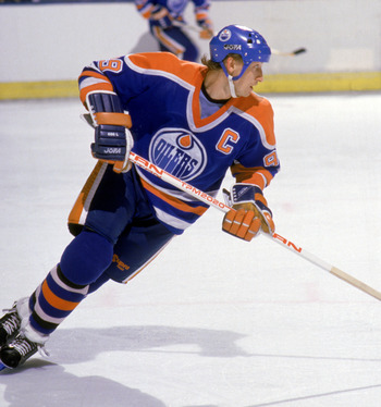 INGLEWOOD, CA - 1987:  Wayne Gretzky #99 of the Edmonton Oilers skates against the Los Angeles Kings during a game circa 1987 at the Great Western Forum in Inglewood, California.  (Photo by Mike Powell/Getty Images)