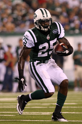 EAST RUTHERFORD, NJ - AUGUST 16:  Joe McKnight #25 of the New York Jets rushes against the New York Giants during their game at New Meadowlands Stadium on August 16, 2010 in East Rutherford, New Jersey.  (Photo by Nick Laham/Getty Images)