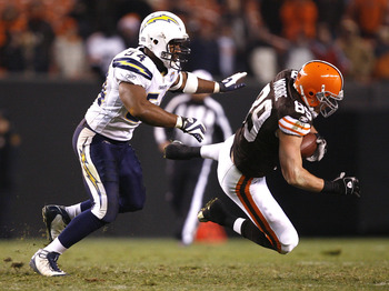 CLEVELAND - DECEMBER 06:  Evan Moore #89 of the Cleveland Browns makes a diving catch in front of Stephen Cooper #54 of the San Diego Chargers at Cleveland Browns Stadium on December 6, 2009 in Cleveland, Ohio.  (Photo by Matt Sullivan/Getty Images)