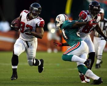 MIAMI - AUGUST 27:  Running back Michael Turner #33 (L) of the Atlanta Falcons runs against the Miami Dolphins during a preseason game at Sun Life Stadium on August 27, 2010 in Miami, Florida.  (Photo by Marc Serota/Getty Images)
