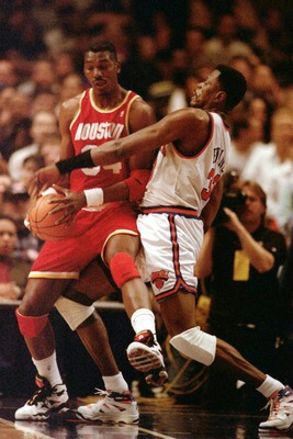 19 FEB 1995:  HAKEEM OLAJUWON OF THE HOUSTON ROCKETS GETS CROSSED UP WITH PATRICK EWING OF THE NEW YORK KNICKS DURING THEIR MATCH-UP AT MADISON SQUARE GARDEN, NEW YORK.  THE KNICKS WON THE GAME, 122-117. Mandatory Credit: Jed Jacobsohn/ALLSPORT
