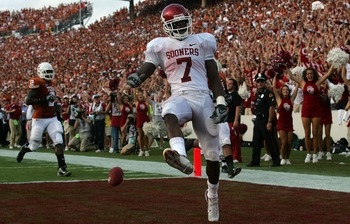 DALLAS - OCTOBER 6:  Running back DeMarco Murray #7 of the Oklahoma Sooners runs for a touchdown against the Texas Longhorns at the Cotton Bowl October 6, 2007 in Dallas, Texas.  (Photo by Ronald Martinez/Getty Images)