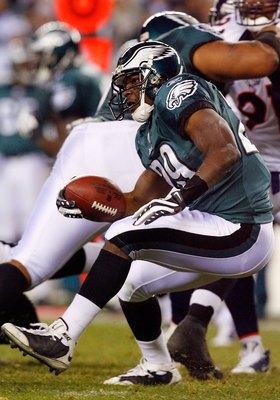 PHILADELPHIA - DECEMBER 27:  LeSean McCoy #29 of the Philadelphia Eagles runs the ball against the Denver Broncos on December 27, 2009 at Lincoln Financial Field in Philadelphia, Pennsylvania. The Eagles defeated the Broncos 30-27.  (Photo by Jim McIsaac/