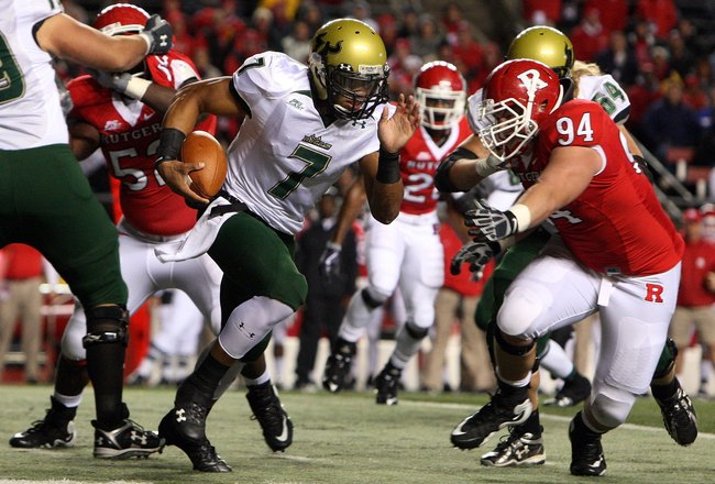 PISCATAWAY, NJ - NOVEMBER 12:  B.J. Daniels #7 of the South Florida Bulls runs the ball against the Rutgers Scarlet Knights at Rutgers Stadium on November 12, 2009 in Piscataway, New Jersey.  (Photo by Jim McIsaac/Getty Images)