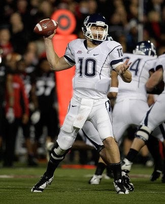 CINCINNATI - NOVEMBER 07:  Zach Frazer #10 of the Connecticut Huskies passes against the Cincinnati Bearcats during the Big East Conference game at Nippert Stadium on November 7, 2009 in Cincinnati, Ohio.  (Photo by Andy Lyons/Getty Images)