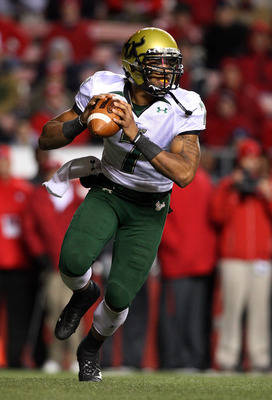 PISCATAWAY, NJ - NOVEMBER 12:  B.J. Daniels #7 of the South Florida Bulls looks to throw a pass against the Rutgers Scarlet Knights at Rutgers Stadium on November 12, 2009 in Piscataway, New Jersey.  (Photo by Jim McIsaac/Getty Images)
