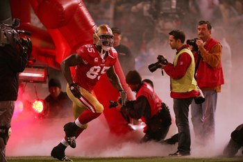 SAN FRANCISCO - DECEMBER 14:  Vernon Davis #85 of the San Francisco 49ers runs on to the field prior to their game against the Arizona Cardinals at Candlestick Park on December 14, 2009 in San Francisco, California.  (Photo by Ezra Shaw/Getty Images)