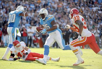 SAN DIEGO - NOVEMBER 29:  Antonio Gates #85 of the San Diego Chargers scores a touchdown for a 7-0 lead past Brandon Carr #39 of the Kansas City Chiefs during the first quarter at Qualcomm Stadium on November 29, 2009 in San Diego, California.  (Photo by