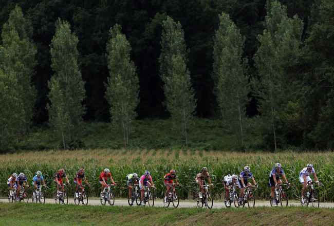 BORDEAUX, FRANCE - JULY 23:  The peloton rides thorugh the French countryside on stage eighteen of the 2010 Tour de France from Salies-de-Bearn to Bordeaux on July 23, 2010 in Bordeaux, France.  (Photo by Bryn Lennon/Getty Images)