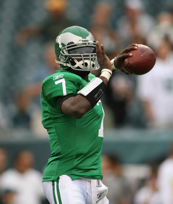 PHILADELPHIA - SEPTEMBER 12:  Michael Vick #7 of the Philadelphia Eagles warms up before a game against the Green Bay Packers during the NFL season opener at Lincoln Financial Field on September 12, 2010 in Philadelphia, Pennsylvania.  (Photo by Mike Ehrm