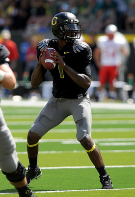 EUGENE, OR - SEPTEMBER 04:  Quarterback Darron Thomas #1 of the Oregon Ducks sets to throw a pass in the first quarter of the game against the New Mexico Lobos at Autzen Stadium on September 4, 2010 in Eugene, Oregon. Oregon won the game 72-0. (Photo by S