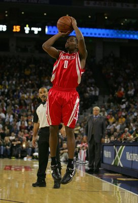 OAKLAND, CA - OCTOBER 28:  Aaron Brooks #0 of the Houston Rockets shoots the ball during their game against the Golden State Warriors at Oracle Arena on October 28, 2009 in Oakland, California.  (Photo by Ezra Shaw/Getty Images)