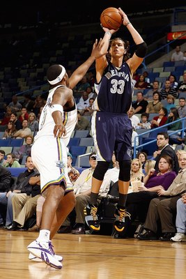 NEW ORLEANS - DECEMBER 07:  Mike Miller #33  of the Memphis Grizzlies shoots over Morris Peterson #9 of the New Orleans Hornets on December 7, 2007 at the New Orleans Arena in New Orleans, Louisiana.  The Hornets defeated the Grizzlies 118-116.    NOTE TO