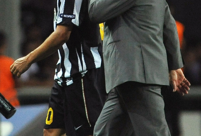 TURIN, ITALY - SEPTEMBER 16:  Juventus FC head coach Luigi Del Neri speaks with Alessandro Del Piero after the Uefa Europa League group A match Juventus FC and KKS Lech Poznan at Olimpico Stadium on September 16, 2010 in Turin, Italy.  (Photo by Valerio P