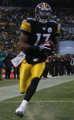 PITTSBURGH - DECEMBER 20:  Mike Wallace #17 of the Pittsburgh Steelers runs in for a touchdown in the first quarter against the Green Bay Packers during the game on December 20, 2009 at Heinz Field in Pittsburgh, Pennsylvania.  (Photo by Jared Wickerham/G
