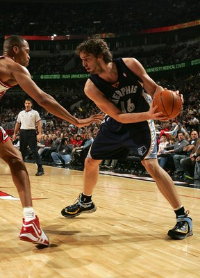 CHICAGO - JANUARY 13:  Pau Gasol #16 of the Memphis Grizzlies moves the ball against P.J. Brown #42 of the Chicago Bulls January 13, 2007 at the United Center in Chicago, Illinois. The Bulls won 111-66. NOTE TO USER: User expressly acknowledges and agrees