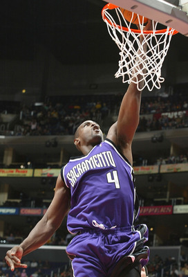 LOS ANGELES - JANUARY 17:  Chris Webber #4 of the Sacramento Kings lays a shot up in the first half against the Los Angeles Clippers on January 17, 2005 at Staples Center in Los Angeles, California.  NOTE TO USER:  User expressly acknowledges and agrees t