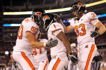 ARLINGTON, TX - SEPTEMBER 04:  (L-R) Mike Remmers #50, Jacquizz Rodgers #1 and Will Darkins #33 of the Oregon State Beavers at Cowboys Stadium on September 4, 2010 in Arlington, Texas.  (Photo by Ronald Martinez/Getty Images)